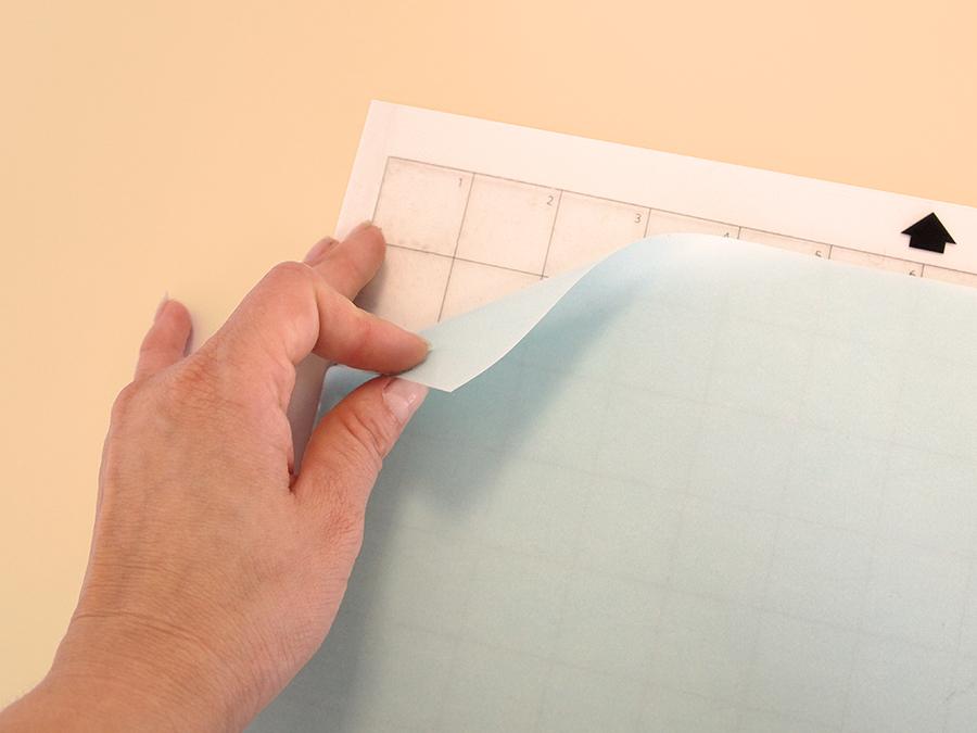 Detalle del forro original  para proteger el adhesivo de la manta de corte.